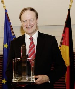 Dr.-Rolf-Hollander-nimmt-den-Preis-in-Empfang