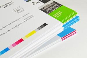 Die Struktur des Büttenpapiers ist gut zu erkennen und zu erfühlen. ©viaprinto
